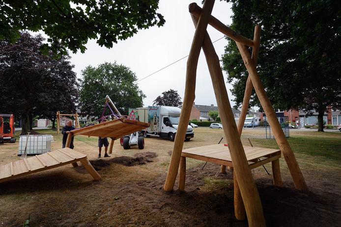 Aanleg van de kabelbaan op het speelveldje aan de ridderstraat in wouw. Foto peter van trijen / pix4profs
