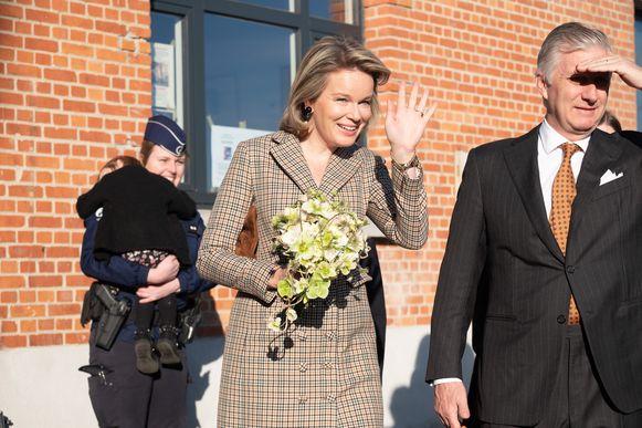 De verlegen Livia, dochtertje van een agente, overhandigde een boeketje bloemen