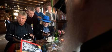 Guus Hiddink overhandigt 'meest rebelse periode' Normaal aan Jolink