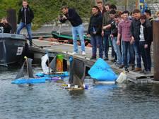 Zeilbootjes van afval varen door binnenhaven Vlissingen