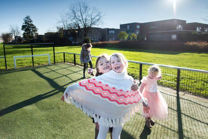 Kinderen spelen buiten in Groningen. De stad kent veel speelvelden, zoals Hunzebrink in wijk De Hunze.