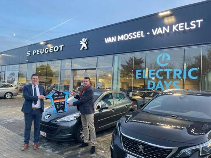 Sponsor Koen Claesen (l.) en voorzitter Yves Dockx klinken op de samenwerking.
