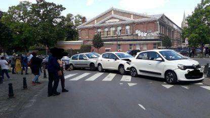 Auto ramt drie geparkeerde wagens in Elsene