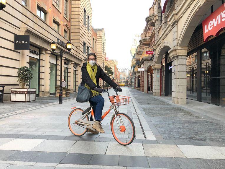 Leen Vervaecke, met mondkapje, waande zich in een spookstad toen ze zich door Wuhan verplaatste.