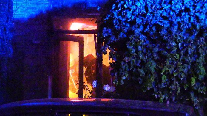 Een uitslaande woningbrand aan de Burgemeester Jacobsstraat in Enschede.