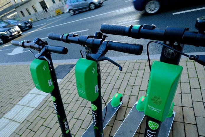 Les trottinettes en libre service de l'Américain Lime ont littéralement envahi les rues de Bruxelles.
