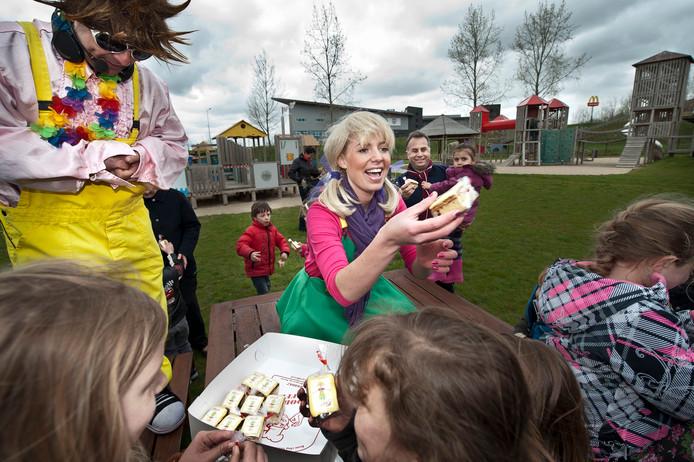 Een vrolijk beeld uit 2012: Mascotte Kaatje van de stadsspeeltuin deelt eigen 'Kaatje koeken' uit aan kinderen aan de Gertrudisboulevard.