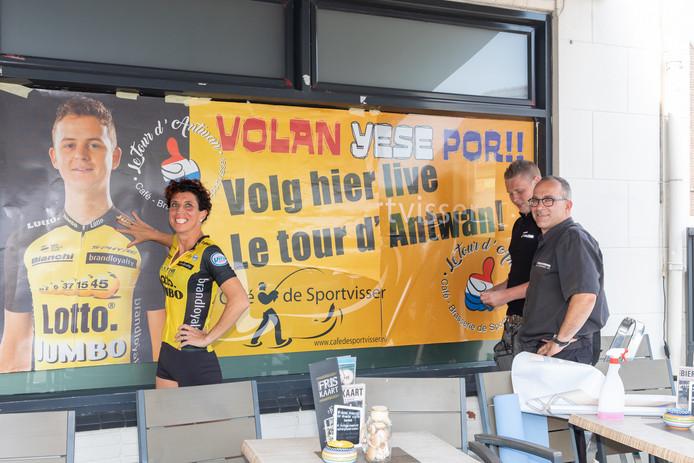 Monique Verschuure (links) laat het raam van haar café-restaurant De Sportvisser beplakken met een sticker van Yersekenaar Antwan Tolhoek aan te moedigen.