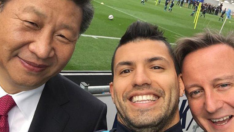 Spits Sergio Aguero van Manchester City neemt tijdens het Chinese staatsbezoek een selfie met de Chinese president Xi Jinping en de Britse premier David Cameron. Beeld PA