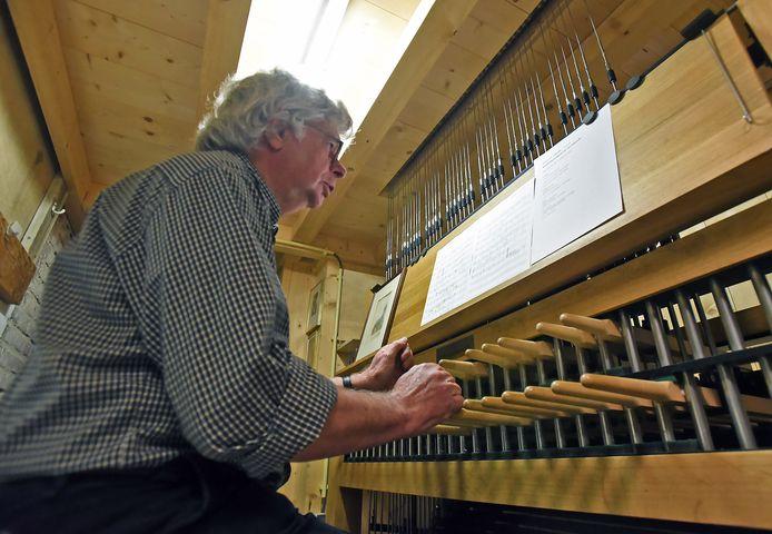 Piet Hamelink bracht op 5 mei een bevrijdingsconcert op het carillon in Sluis.