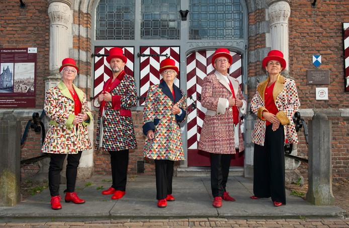 De gidsen die deel uitmaken van het Cultuurfestival Bommelerwaard, poseren voor het Stadskasteel in Zaltbommel.