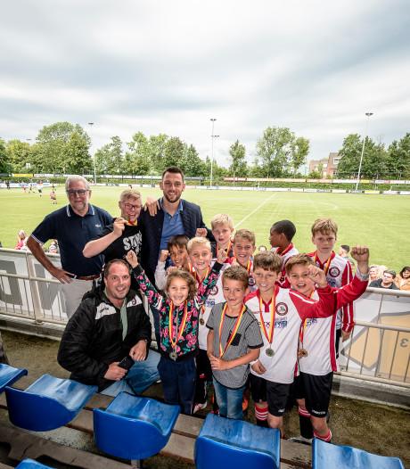 Stervoetballer Stefan de Vrij reikt prijzen uit bij eigen toernooi: 'Het is altijd mooi om hier te zijn'