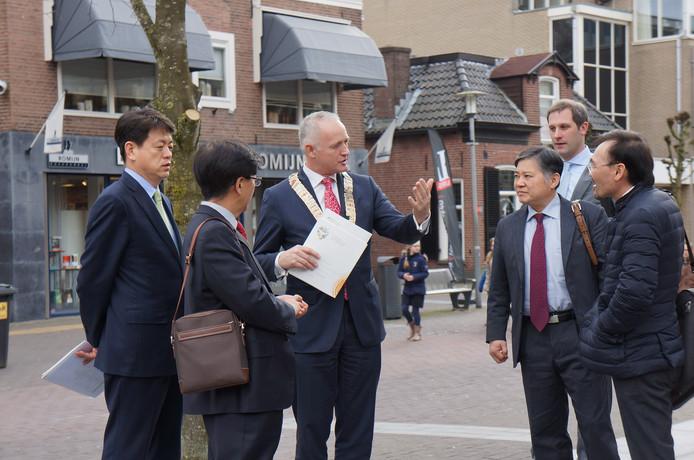 Een delegatie uit Zuid-Korea in het centrum van Barneveld. In het Oosten weten ze soms beter wat FoodValley is, dan regiobewoners zelf. foto Gemeente Barneveld