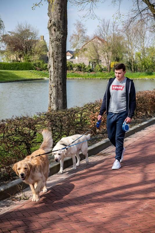Tom Willem laat twee keer per dag de honden uit in het dorp.