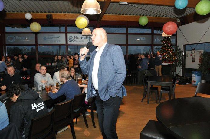 Voorzitter Herman Tuininga spreekt clubleden toe tijdens de nieuwjaarsreceptie van FC Zutphen.