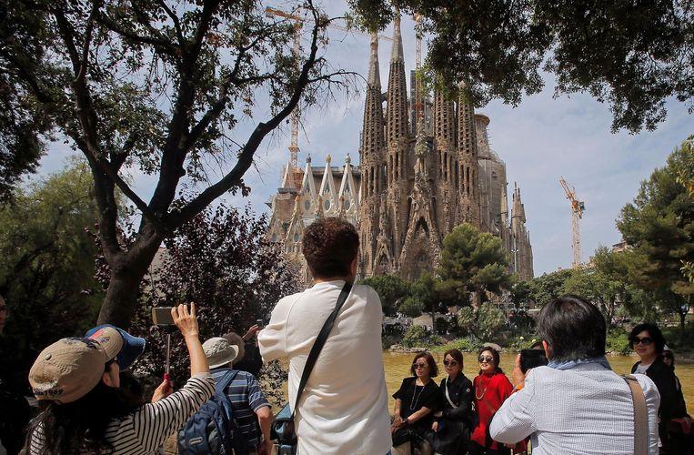 Toeristen voor de Sagrada Familia in Barcelona. Beeld ap