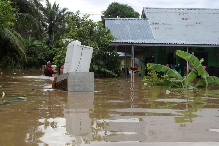 Er worden nog dertien mensen vermist na het noodweer in Indonesië.