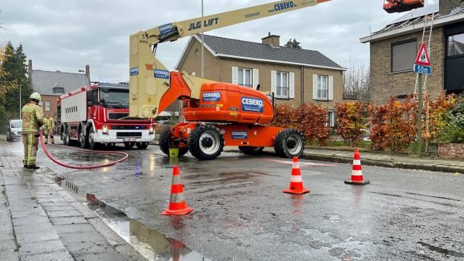 Hoogtewerker lekt olie en maakt straat spekglad
