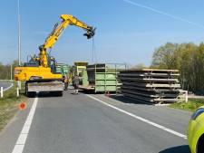 Toerit A73 bij Haps tijdlang afgesloten door afgevallen lading