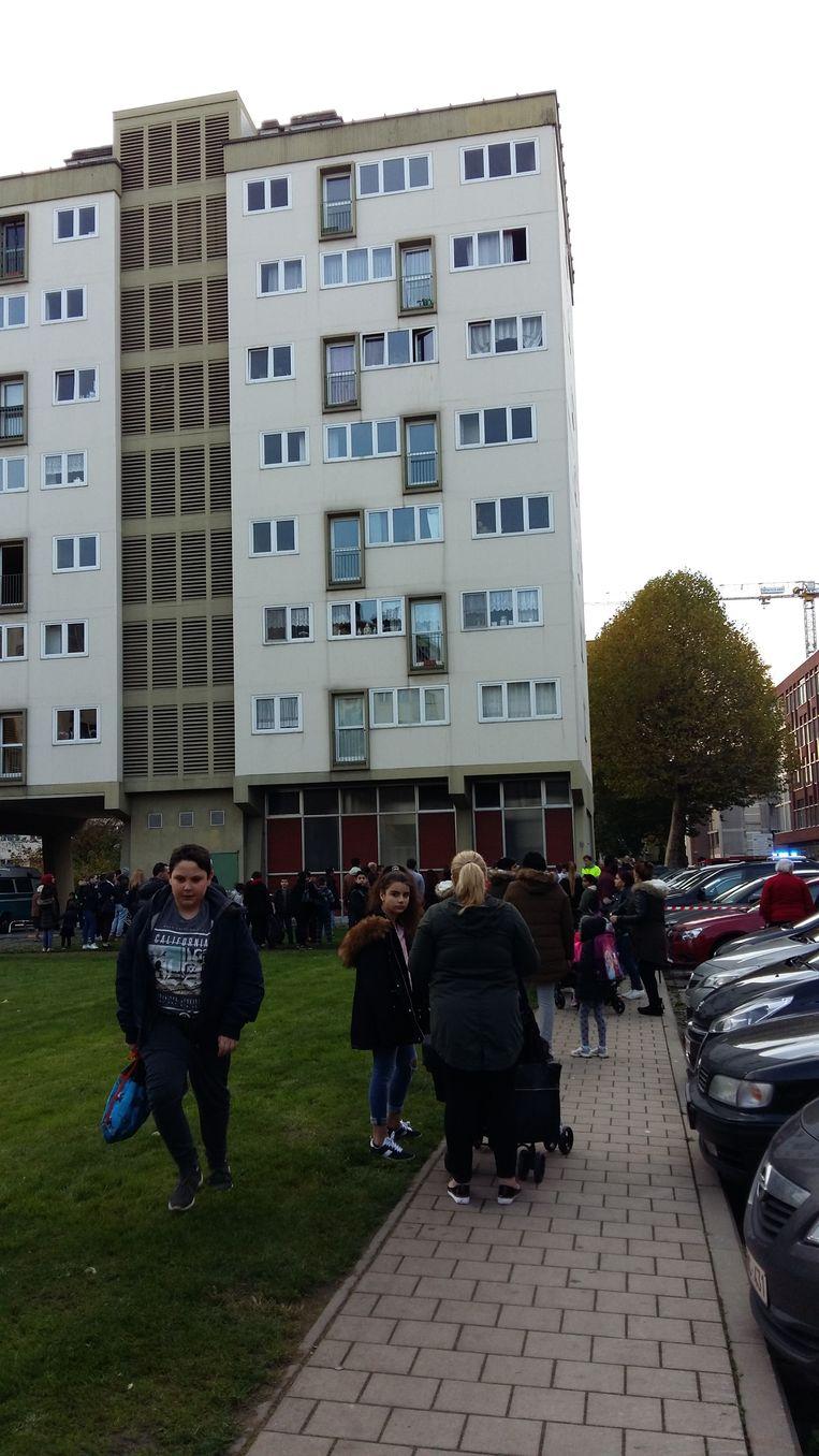 Het appartementsgebouw waaruit het kind van de zesde verdieping naar beneden is gevallen.