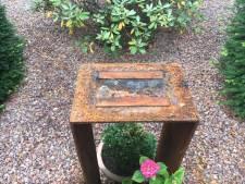 Bronzen beeld hondsbrutaal gestolen uit tuin Deventer villa