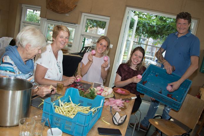 Gezellig samen het gerecht bereiden. Boterboontjes, carpaccio van bieten en bonensoep. Kok in opleiding Melchior (staand rechts) heeft het gerecht van de bonensoep van zijn Hongaarse grootmoeder.