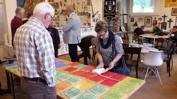 Marijke en Frans Boeijen bekijken de oude Schoolbabbels