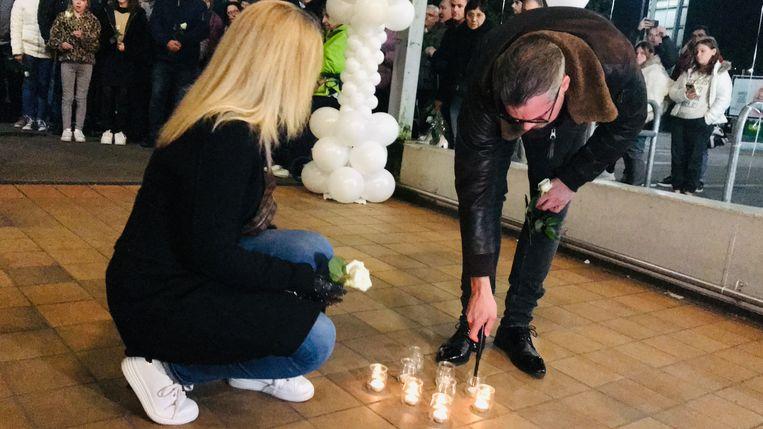 Familie van de slachtoffers van de Bende Van Nijvel steekt kaarsjes aan aan de Delhaize van Aalst.