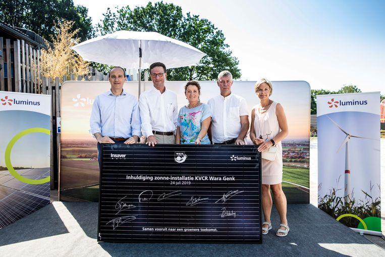 Zonne-installatie voor volleybalclub KVCR Wara Genk.  Vlnr: Burgemeester Wim Dries, Grégoire Dallemagne (Ceo Luminus), Lydia Peeters (Vlaams minister energie), Paul Molemans (Voorzitter KVCR) en Marleen Nijsten (Directeur Luminus).