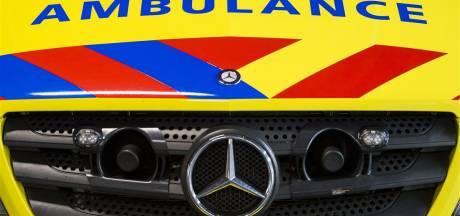 86-jarige zwaargewond na aanrijding, drietal in auto slaat op de vlucht