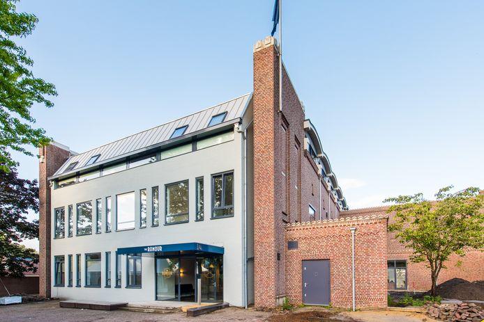 Het aparte, wat terugliggende, gebouw was de parochiekerk en later in gebruik als callcenter van de Rabobank. Nu werken er geen studenten meer, maar wonen ze er.