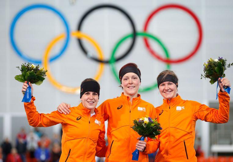 Het Nederlandse podium bij de 1.500 meter van de vrouwen op de Winterspelen in Sotsji met van links naar rechts Ireen Wüst, Jorien ter Mors en Lotte van Beek. Beeld ap