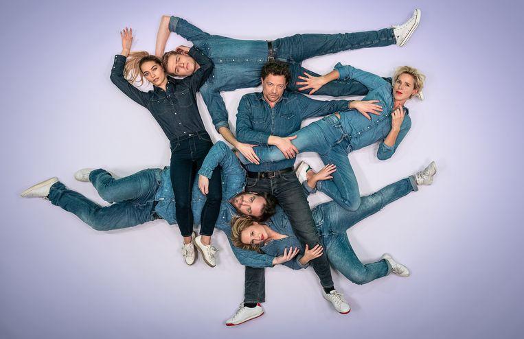 De acteurs van 'Grensoverschrijdend': (in wijzerzin) Tinne Oltmans, Lukas Bulteel, Ben Segers, Tine Embrechts, Rilke Eyckermans en Jens Dendoncker.