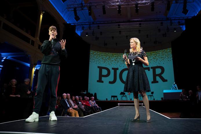 De rappende leerkracht Pjotr uit Zutphen samen met burgemeester Annemieke Vermeulen op het podium tijdens de nieuwjaarsreceptie.