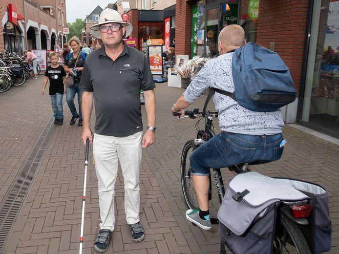 Guido Kersten is slechtziend en schrikt daardoor vaak van langskomende fietsers in winkelcentrum de Eglantier.
