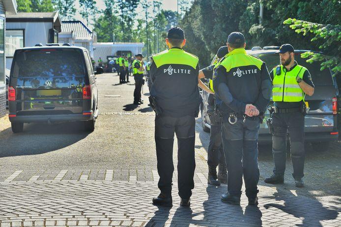 Grote politieactie op woonwagenkamp De Vinnen in Maarheeze.