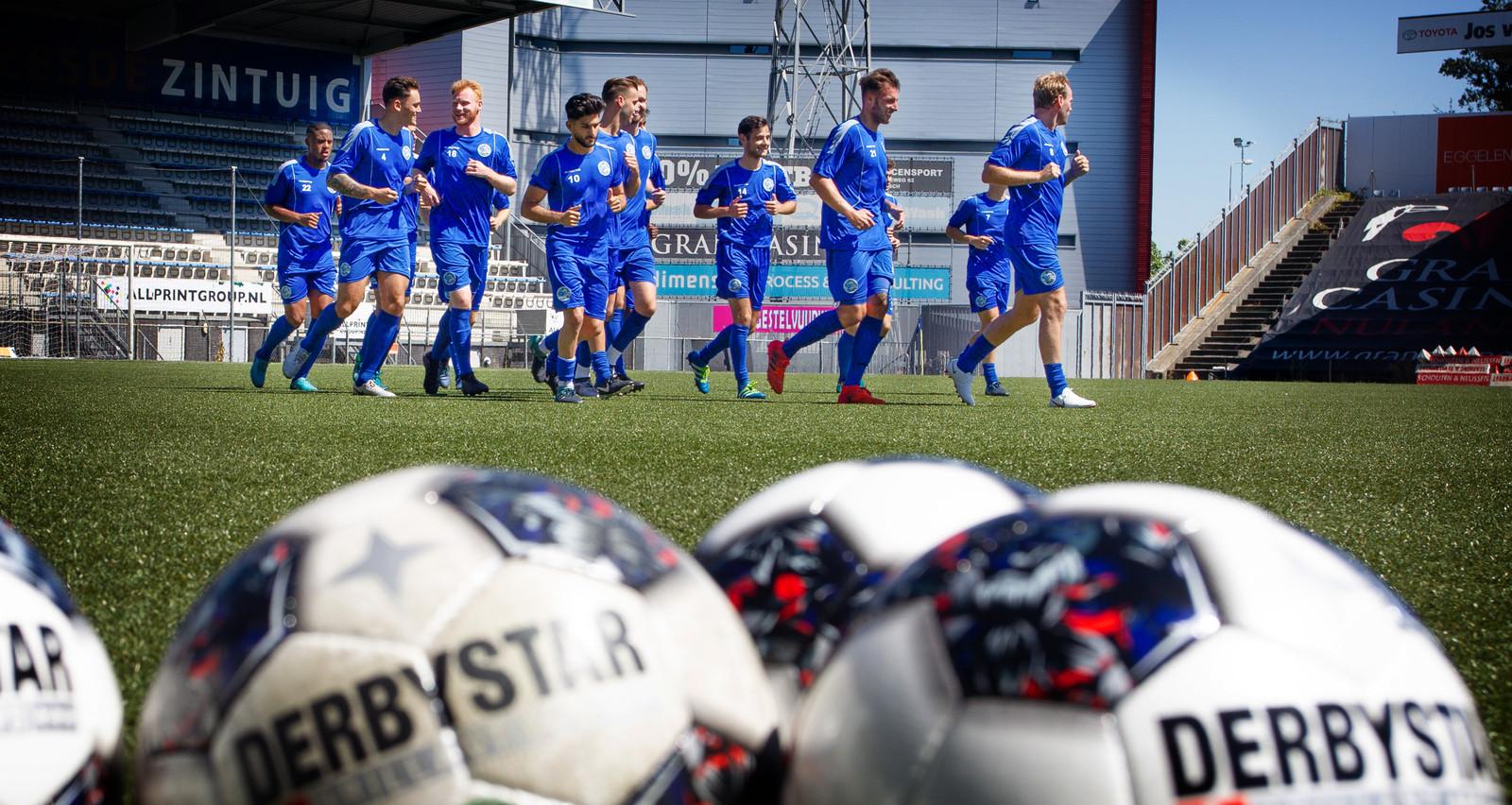 Spelers van FC Den Bosch tijdens de eerste training van dit seizoen.
