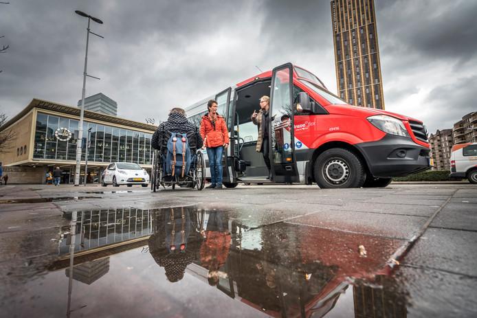 Chauffeur Joke staat klaar met Bravoflex in Eindhoven.