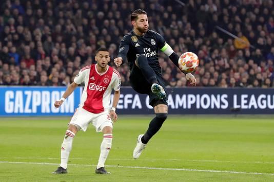 Hakim Ziyech ziet Sergio Ramos de bal controleren.