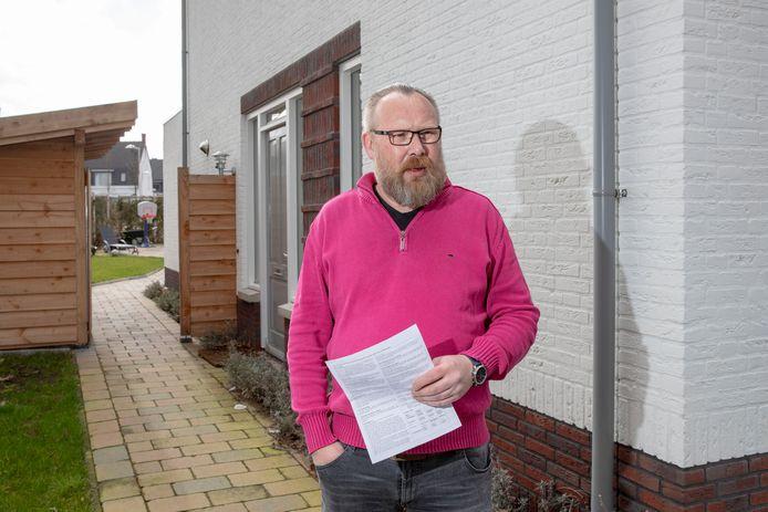Iwan Lammers met de ozb-aanslag bij zijn woning aan de Geertjesweg.