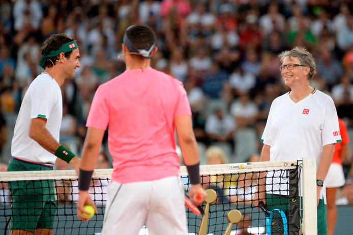 Roger Federer, Rafael Nadal, komiek Trevor Noah en Bill Gates (rechts) spelen voor 48.000 mensen in Kaapstad.