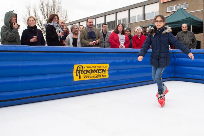 Bezoekers, bestuur en wethouder Miriam Haagh bij de schaatsbaan op het plein in de Meerhoutstraat.