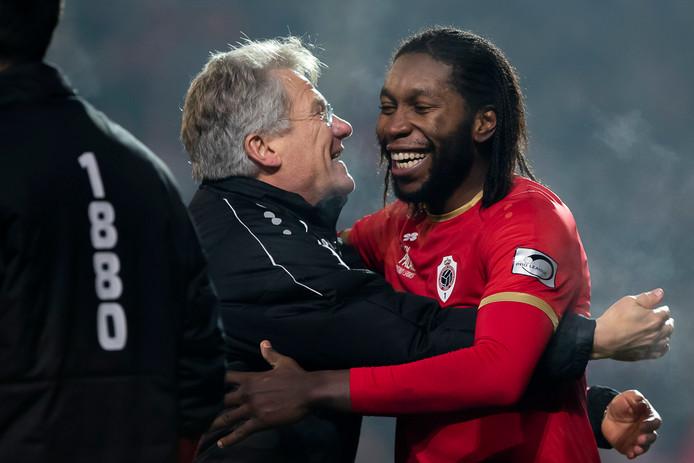 Antwerp-spits Dieumerci Mbokani viert feest met zijn coach László Bölöni.