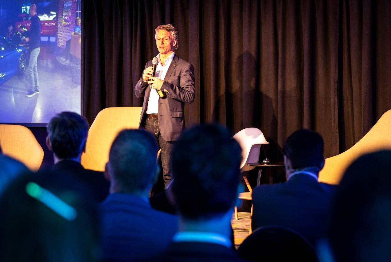 Autocoureur Jan Lammers  vertelt zijn visie over het verkeer van de toekomst tijdens een debat op de Automotive Campus in Helmond.