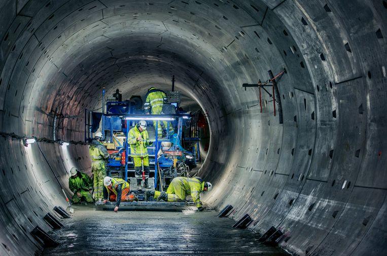 Amsterdam- de Pavermachine in actie in de tunnelbuis van de Noord Zuidlijn. bij repo. foto raymond rutting / de volkskrant Beeld raymond rutting