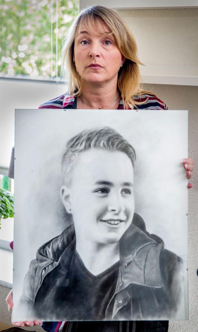 Putten - Esther Gerritsen, haar zoon Randy overleed toen hij een provinciale weg overstak.