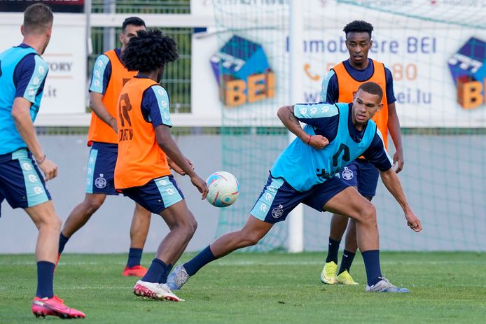 Justin Ogenia tijdens de training van Willem II in Luxemburg in de aanloop naar de wedstrijd tegen Progrès Niederkorn.