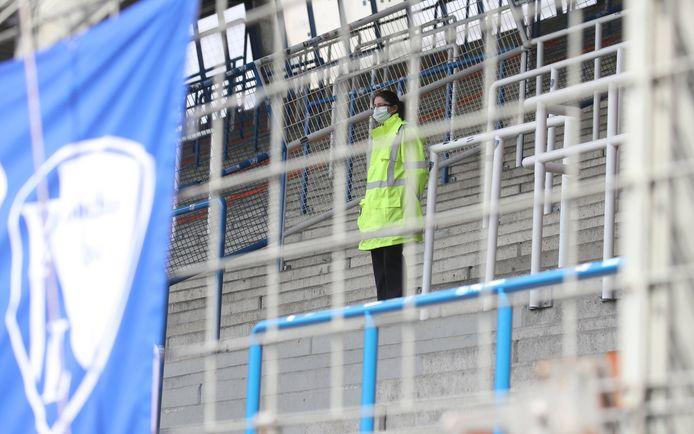 Ook de beveiliging in het lege stadion moet een mondmasker op