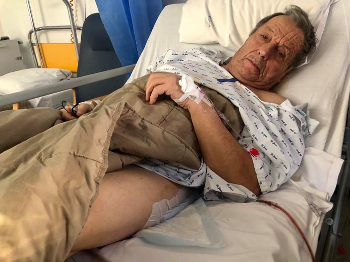 Jules herstelt in het ziekenhuis van de kogel in zijn been.