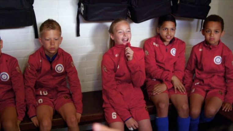 Summer de Snoo (midden) op de voetbalclub in de serie 'Summer de Snoo - Picture Perfect'.  Beeld